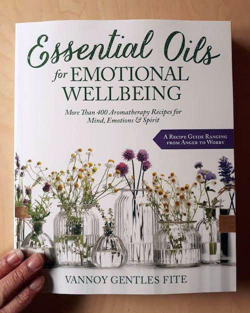 Essential Oils for Emotional Wellbeing: More than 400 Aromatherapy Recipes for Mind, Emotions & Spirit